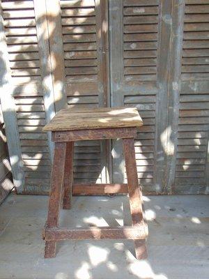 Oud vierkant krukje uit India