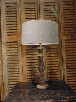 Lamp op houten voet, 68 cm hoog