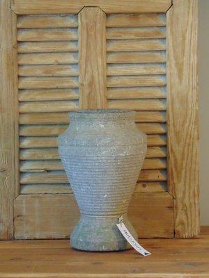 Oude grijze betonnen vaas , ornament