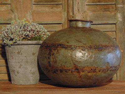 Stoere oude zinke water pot
