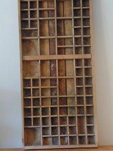 "Oude letterbak uit India van Teakhout ""D"" 90 x 37cm"