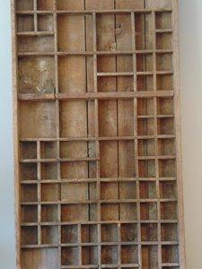 """Oude letterbak uit India van Teakhout """"E"""" 90 x 37cm"""